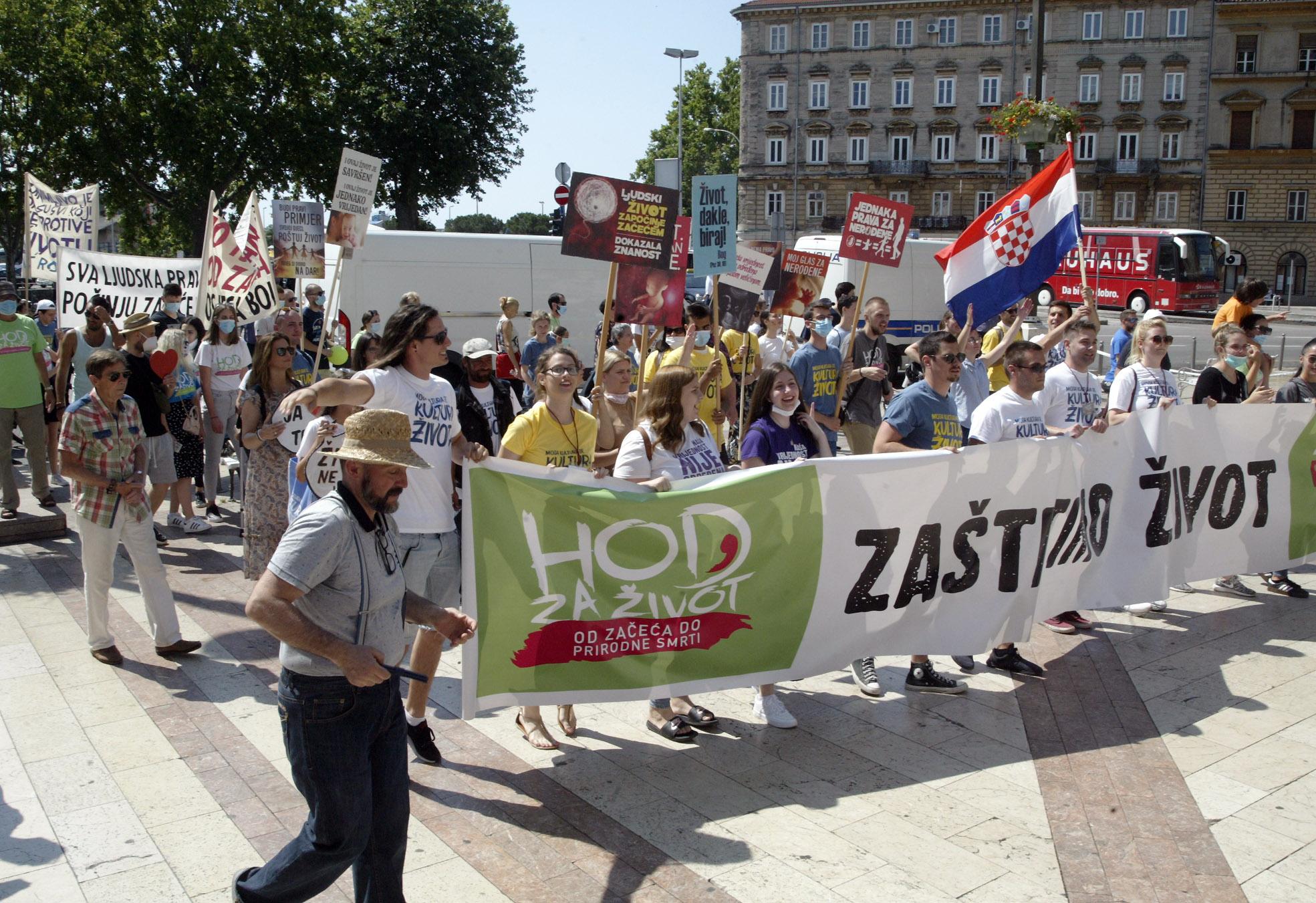 """Rijeka,27.06.2020.- Građanska inicijativa, koja djeluje u okviru Udruge Malaika, u subotu je organizirala """"Hod za život""""."""